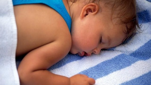 Ребенок сильно потеет во сне: тревожные причины, советы