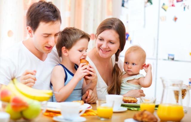 Когда и как учить детей хорошим манерам: поведение за столом