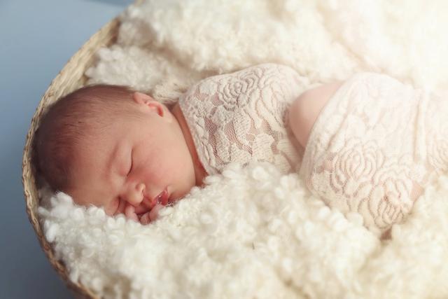 Колики у новорожденного малыша: причины, что делать
